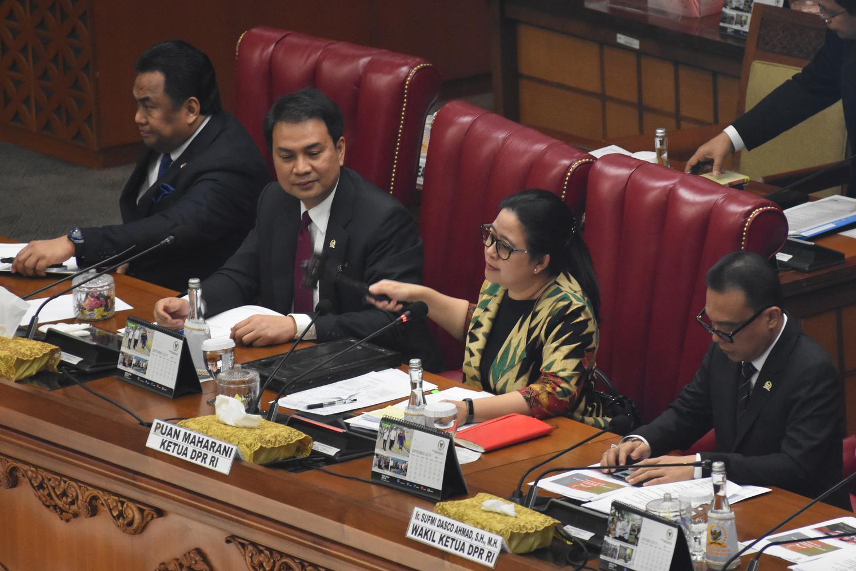 Ketua DPR Puan Maharani (kedua kanan) didampingi Wakil Ketua DPR Rachmad Gobel (kiri), Azis Syamsuddin (kedua kiri), dan Sufmi Dasco Ahmad (kanan) mengetuk palu saat memimpin Rapat Paripurna ke-3 DPR Masa Persidangan I Tahun Sidang 2019-2020 di Gedung Nus