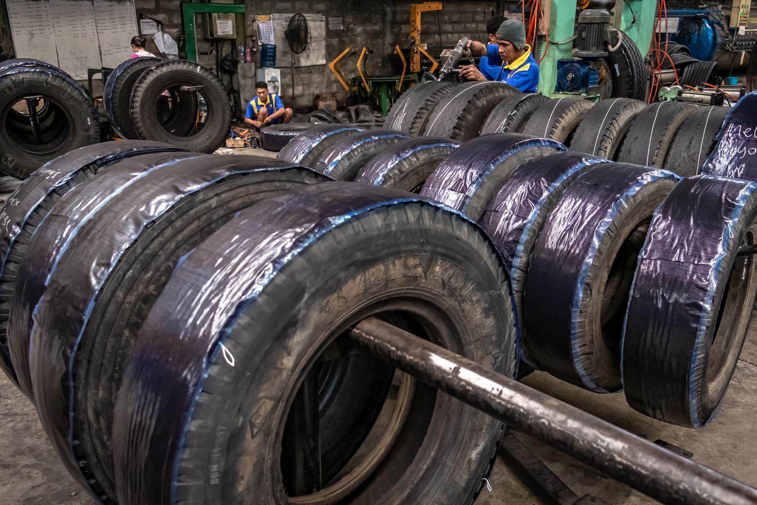 ilustrasi beberapa pekerja di pabrik ban vulkanisir. Perusahaan serat karbon hitam (black carbon) PT Cabot Indonesia meralisasikan investasi Rp 1,3 triliun untuk membangun pabrik bahan baku ban di Cilegon, Banten.