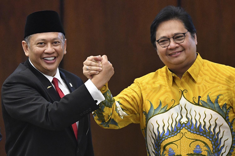 Ketua MPR Bambang Soesatyo (kiri) berjabat tangan dengan Ketua Umum Partai Golkar Airlangga Hartarto (kanan). Bamsoet tengah diisukan sebagai kandidat Ketua Umum Partai Golkar periode 2019-2024 di Munas pada Desember 2019.