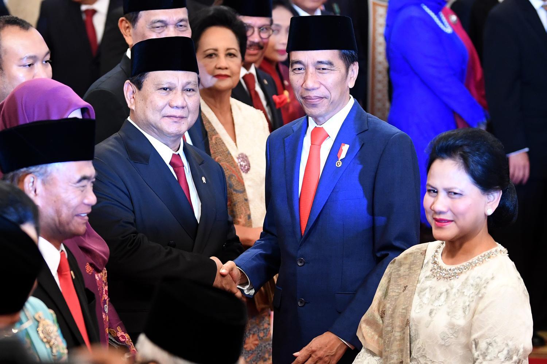 Presiden Joko Widodo (kedua kanan) didampingi Ibu Negara Iriana Joko Widodo (kanan) menyalami Menteri Pertahanan Prabowo Subianto seusai pelantikan menteri Kabinet Indonesia Maju di Istana Negara, Jakarta, Rabu (23/10/2019).