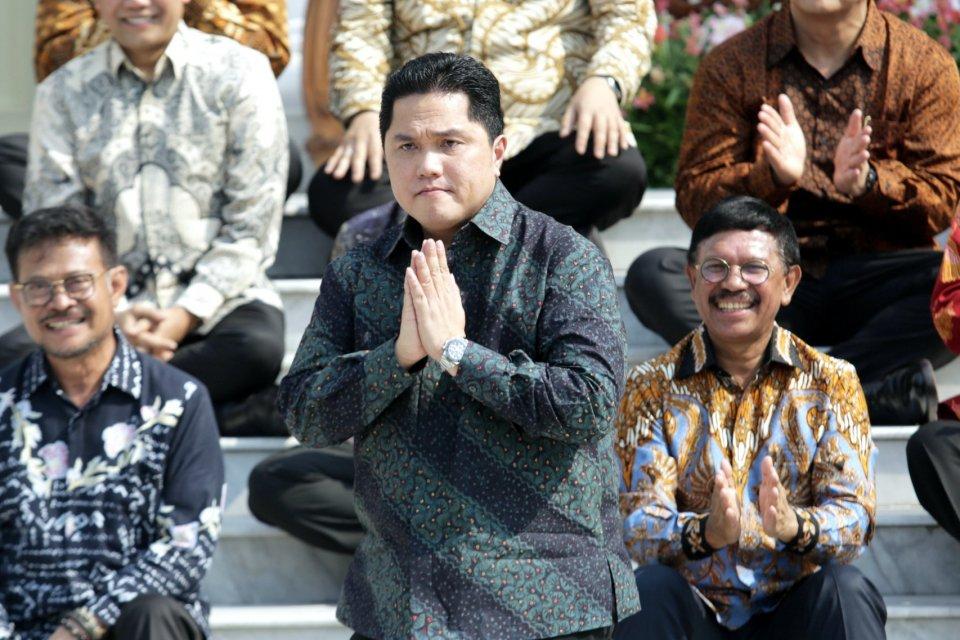 Menteri BUMN Erick Thohir (tengah) di halaman Istana Merdeka, Jakarta Pusat (23/10/2019). Erick baru saja mengangkat empat staf khusus Menteri BUMN pada Sabtu (9/11).