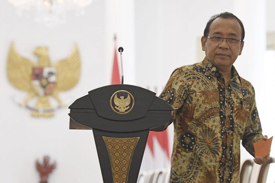 Menteri Sekretaris Negara Pratikno. Dia saat meninggalkan ruangan usai pengumuman Pelaksana Tugas (Plt) Menpora di Istana Bogor, Jawa Barat, Jumat (20/9/2019).