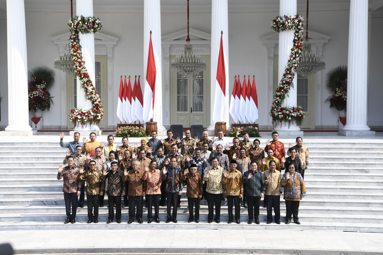 Presiden Joko Widodo didampingi Wapres Ma'ruf Amin berfoto dengan jajaran menteri Kabinet Indonesia Maju yang baru diperkenalkan di tangga beranda Istana Merdeka, Jakarta, Rabu (23/10/2019).