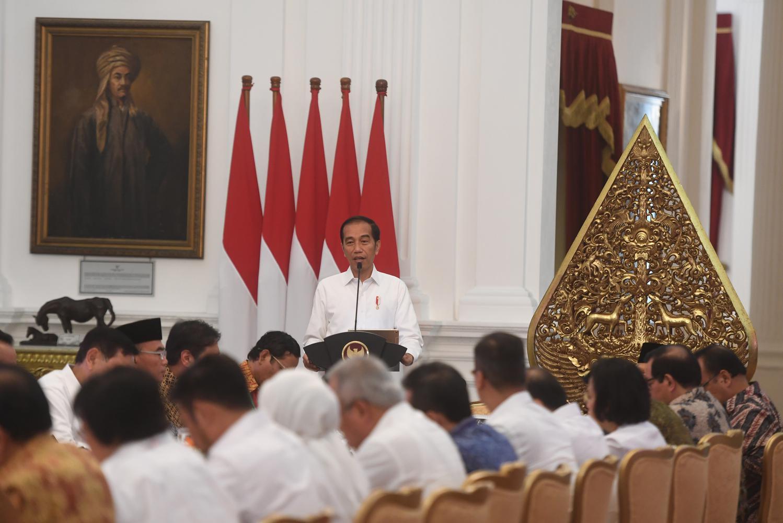 Presiden Joko Widodo memberikan pidato saat memimpin sidang kabinet paripurna di Istana Merdeka, Jakarta, Kamis (24/10/2019). Sidang kabinet paripurna itu merupakan sidang perdana yang diikuti menteri-menteri Kabinet Indonesia Maju.
