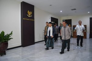 Ma'ruf Amin Mengenakan Sarung dalam Sidang Kabinet Perdana