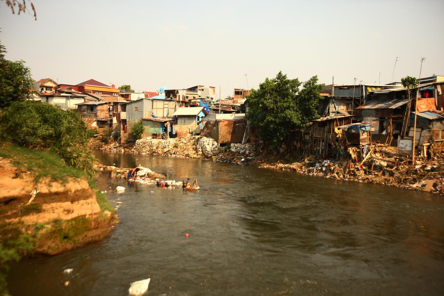 Suasana deretan rumah di bantaran Sungai Ciliwung di Jakarta, Kamis (24/10/2019). Presiden Joko Widodo menargetkan angka kemiskinan bisa mendekati nol persen pada tahun 2045 dan telah menyiapkan lima kebijakan prioritas untuk mewujudkannya.