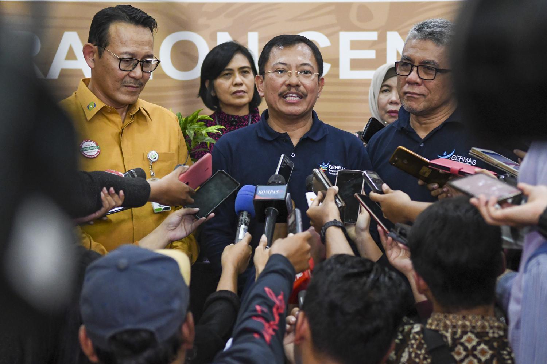 Menteri Kesehatan Terawan Agus Putranto (tengah) didampingi Direktur Utama BPJS Kesehatan Fachmi Idris (kiri) dan jajarannya menjawab pertanyaan wartawan di Kantor Pusat BPJS Kesehatan di Jakarta, Jumat (25/10/2019). Dalam kunjungannya tersebut Menteri K