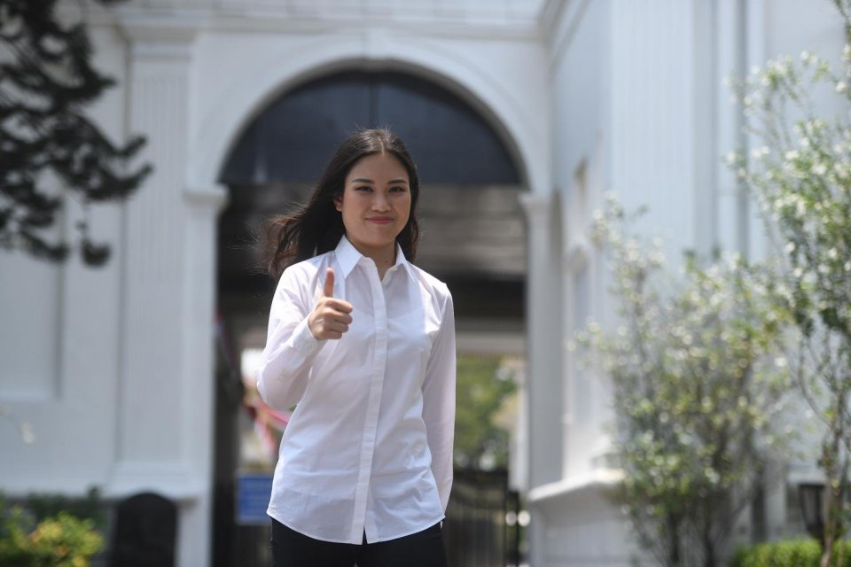 Calon Wakil Menteri Pariwisata Angela Tanoesoedibjo mengacungkan jempol usai bertemu Presiden Joko Widodo di Kompleks Istana Kepresidenan, Jakarta, Jumat (25/10/2019).