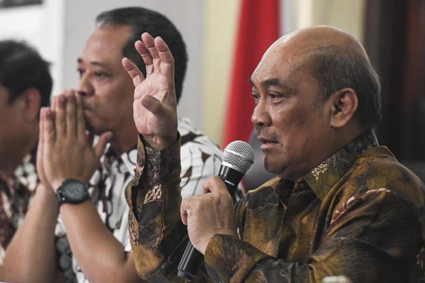 Ketua Komite Nasional Keselamatan Transportasi (KNKT) Soerjanto Tjahjono (kanan) didampingi Ketua Sub Komite Investigasi Kecelakaan Penerbangan Nurcahyo Utomo (kiri) memberikan keterangan pers hasil investigasi kecelakaan Lion Air JT 610 di Jakarta, Juma