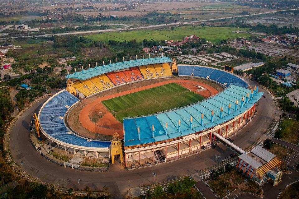 Foto udara Stadion Si Jalak Harupat di Soreang, Kabupaten Bandung, Jawa Barat, Jumat (25/10/2019). Stadion Si Jalak Harupat menjadi salah satu dari 10 stadion yang diajukan PSSI pada FIFA sebagai penyelenggara Piala Dunia U-20 pada 2021 mendatang.