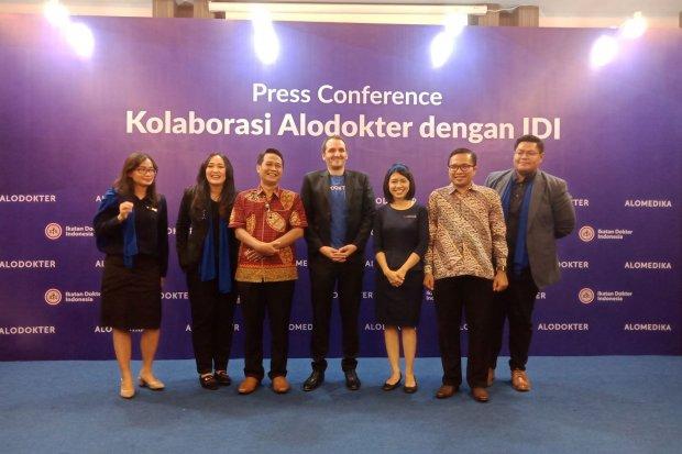 Startup bidang kesehatan Alodokter bekerja sama dengan Ikatan Dokter Indonesia (IDI) untuk menampilkan fitur pengajuan Satuan Kredit Profesi (SKP) Online di platform Alomedika, di Jakarta, Sabtu (26/10). Dengan fitur ini, dokter bisa lebih mudah memperpan