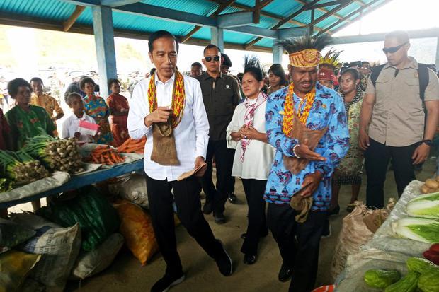 Presiden Joko Widodo bersama Ibu Negara Iriana Joko Widodo (tengah) meninjau pasar khusus Mama Papua di Distrik Anggi, Kabupaten Pegunungan Arfak, Papua Barat, Minggu (27/10/2019). Kunjungan perdana presiden setelah pelantikan yang berlangsung sepekan lal