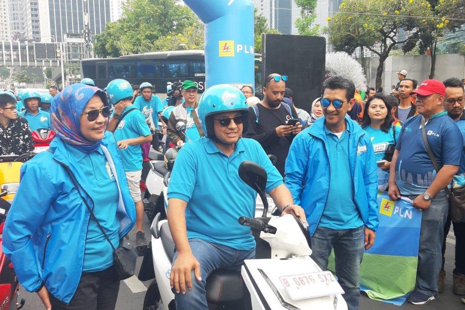 Gubernur DKI Jakarta Anies Baswedan menjajal motor listrik dan ikut berkonvoi dalam Karnaval Jakarta Langit Biru, Minggu (27/10).