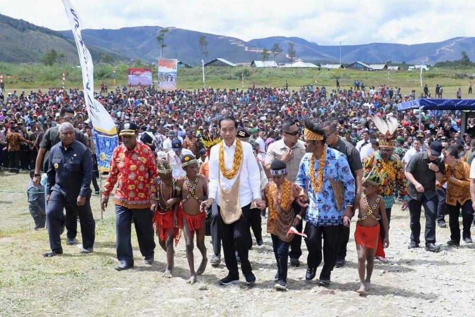 Presiden Joko Widodo (tengah) mengunjungi lapangan bola Irai di Kabupaten Pegunungan Arfak, Provinsi Papua Barat, Minggu, (27/10/2019). Presiden Joko Widodo dan Ibu Iriana menyapa dan bertemu ribuan warga yang berasal dari 10 distrik dan 162 desa dan disa