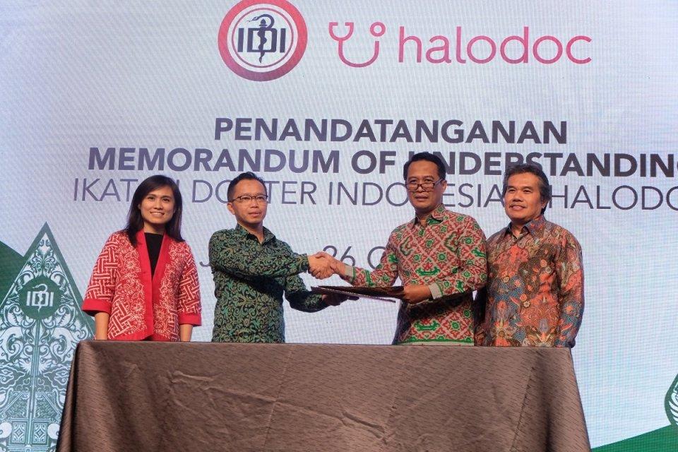 (kiri-kanan) Corporate Secretary Halodoc - Sisca Tjahjadi, Chief of Medical Halodoc dr. Irwan Heriyanto, Ketua Ikatan Dokter Indonesia (IDI) dr. Daeng M Faqih, S.H, M.H, Sekretaris Jenderal IDI, DR. Dr. Henry Salim Siregar, Sp. OG (K) menandatangani MoU k
