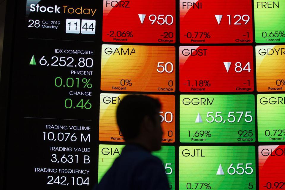 Pengunjung mengamati layar pergerakan saham di Bursa Efek Indonesia (BEI), Jakarta, Senin (28/10/2019).