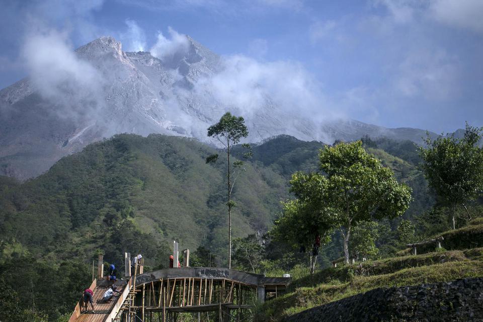 Gunung Merapi Erupsi, Hujan Abu Melanda 2 Desa di Magelang