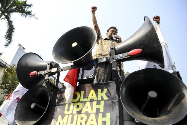 Presiden Konfederasi Serikat Pekerja Indonesia (KSPI) Said Iqbal (tengah) berorasi saat aksi unjuk rasa buruh di depan Kementerian Tenaga Kerja, Jakarta, Kamis (31/10/2019). Dalam aksinya mereka menolak kenaikan upah minimum berdasarkan PP No.78 Tahun 201