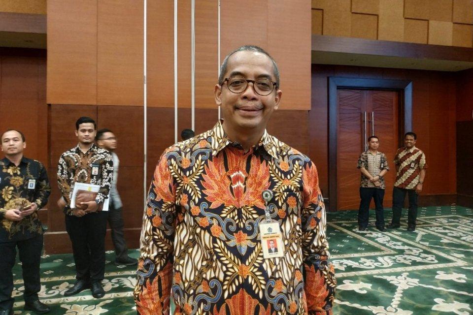 Direktur Jenderal (Dirjen) Pajak Suryo Utomo berpose untuk media setelah dilantik oleh Menteri Keuangan Sri Mulyani di Kementerian Keuangan, Jakarta, Jumat (01/11). Suryo menggantikan Robert Pakpahan yang memasuki masa pensiun.
