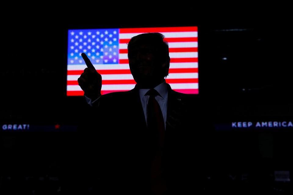 Presiden Amerika Serikat Donald Trump membentuk siluet saat menjadi pembicara pada reli 'Keep America Great' di Santa Ana Star Center di Rio Rancho, New Mexico, Amerika Serikat, Senin (16/9/2019).