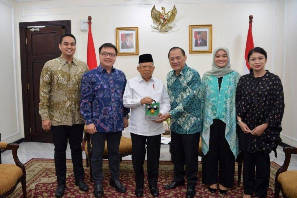 Wakil Presiden Republik Indonesia, Prof. Dr. (H.C.) K.H. Ma'ruf Amin menerima kunjungan jajaran Tokopedia yang diwakilkan oleh (kedua dari kiri) Co-Founder and Vice Chairman of Tokopedia, Leontinus Alpha Edison; (ketiga dari kanan) Komisaris Utama Tokoped