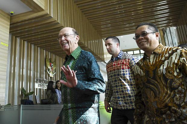 Menteri Perdagangan Amerika Serikat Wilbur Ross (kiri) menyapa wartawan saat tiba di kantor Kemenko Perekonomian di Jakarta, Rabu (6/11/2019). Presiden Jokowi menargetkan nilai perdagangan Indonesia ke AS naik dua kali lipat pada 2024.