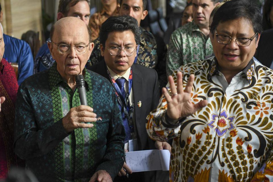 Menko Perekonomian Airlangga Hartarto (kanan) dan Menteri Perdagangan Amerika Serikat Wilbur Ross (kiri) memberikan keterangan pers usai melakukan pertemuan di kantor Kemenko Perekonomian di Jakarta, Rabu (6/11/2019).