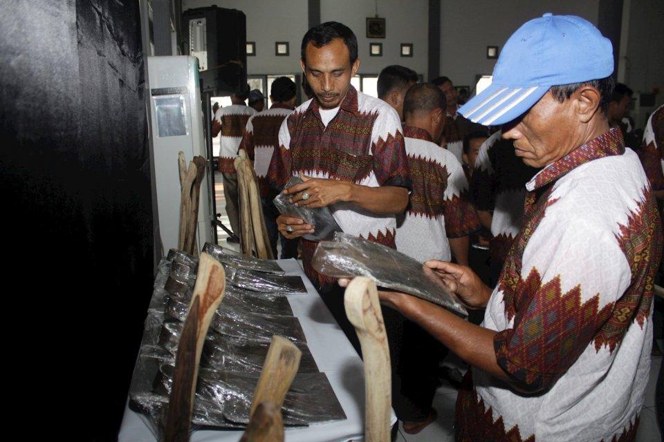 Pelaku Industri Kecil dan Menengah serta sejumlah petani mengamati cangkul seusai acara sosialisasi pemenuhan kebutuhan bahan baku dan alat perkakas pertanian dalam negeri di Balai Pengembangan Industri Persepatuan Indonesia di Tanggulangin, Sidoarjo, Jaw