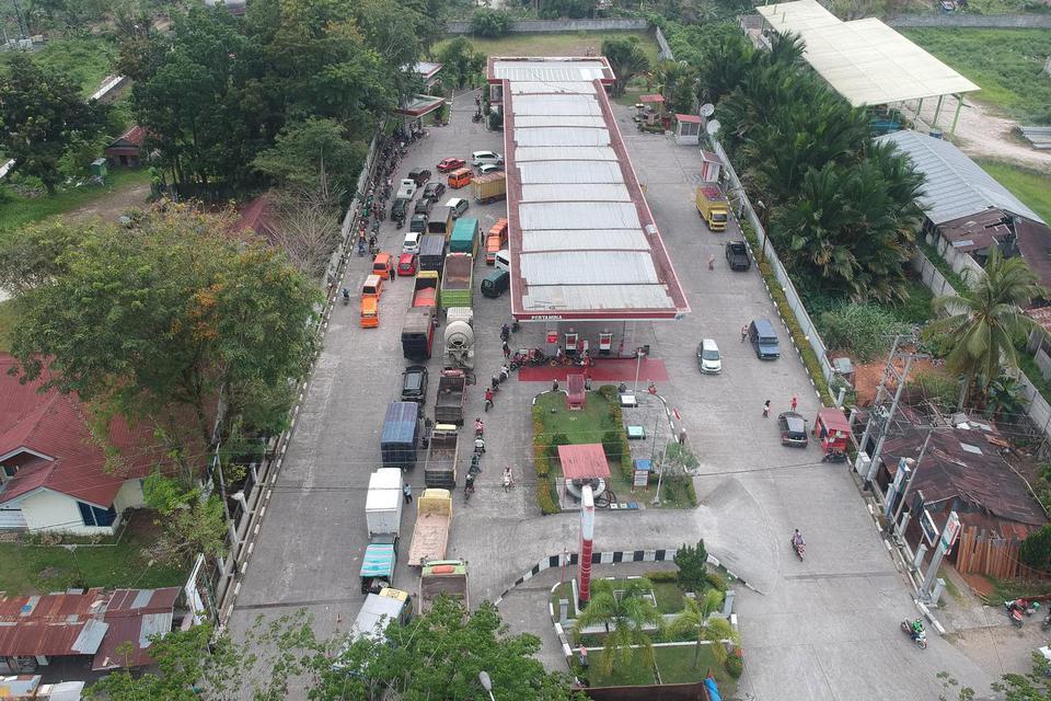 Sejumlah kendaraan mengantre untuk mengisi Bahan Bakar Minyak (BBM), di SPBU Pertamina Lubuk Buaya, Padang, Sumatera Barat, Jumat (8/11/2019). Antrean kendaraan mengular di sejumlah SPBU di kota itu akibat berkurangnya stok BBM jenis solar dan premium.