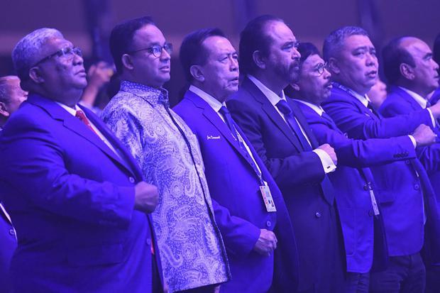 Ketua Umum Partai NasDem Surya Paloh (tengah) bersama Gubernur DKI Jakarta Anies Baswedan (kedua kiri)vdalam pembukaan Kongres II Partai NasDem di JIExpo, Jakarta, Jumat (8/11/2019). Kehadiran Anies di kongres tersebut tidak dipermasalahkan oleh Partai Ge