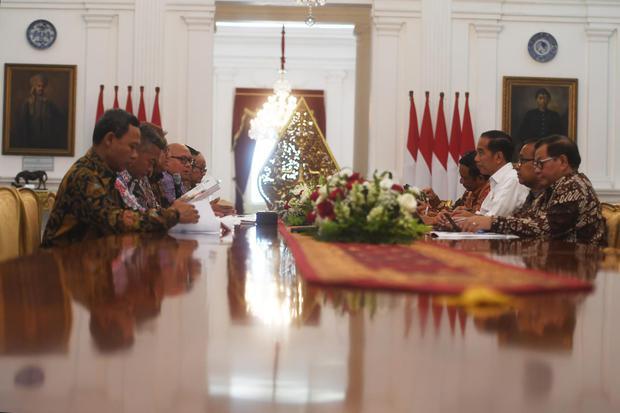 Presiden Joko Widodo (ketiga kanan) menerima pimpinan Komisi Pemilihan Umum (KPU) di Istana Merdeka, Jakarta, Senin (11/11/2019). Dalam pertemuan itu pimpinan KPU memberikan laporan kepada Presiden terkait penyelenggaraan Pemilu Serentak 2019.