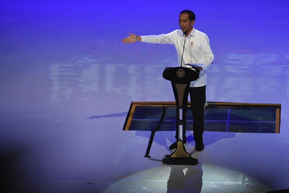 Presiden Joko Widodo (tengah) memberikan sambutan pada penutupan Kongres II Partai Nasdem dan HUT ke-8 Partai Nasdem di Jakarta International Teathre, Jakarta, Senin (11/11/2019). Hasil Kongres menetapkan Surya Paloh sebagai Ketua Umum periode 2019-2024.