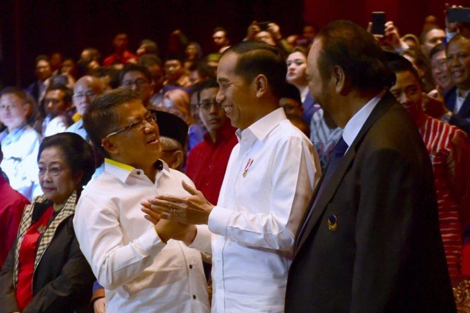 Presiden Joko Widodo (Jokowi) diapit oleh Ketua Umum Partai NasDem Surya Paloh dan Presiden PKS Sohibul Iman saat acara peringatan hari ulang tahun (HUT) ke-8 Nasdem di Jakarta, Senin (11/11) malam.