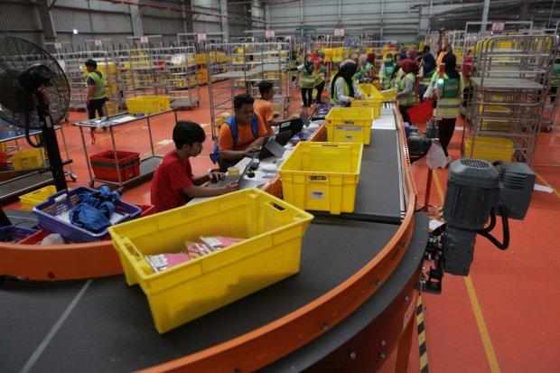 Kesibukan persortiran item di warehouse Lazada di kawasan Cimanggis, Kota Depok, Jawa Barat, Selasa (12/11/2019). Warehouse seluas 30.000 meter persegi ini memiliki kapasitas penyimpanan 2 juta dari kapasitas total 7-8 juta barang dan diklaim terbesar di