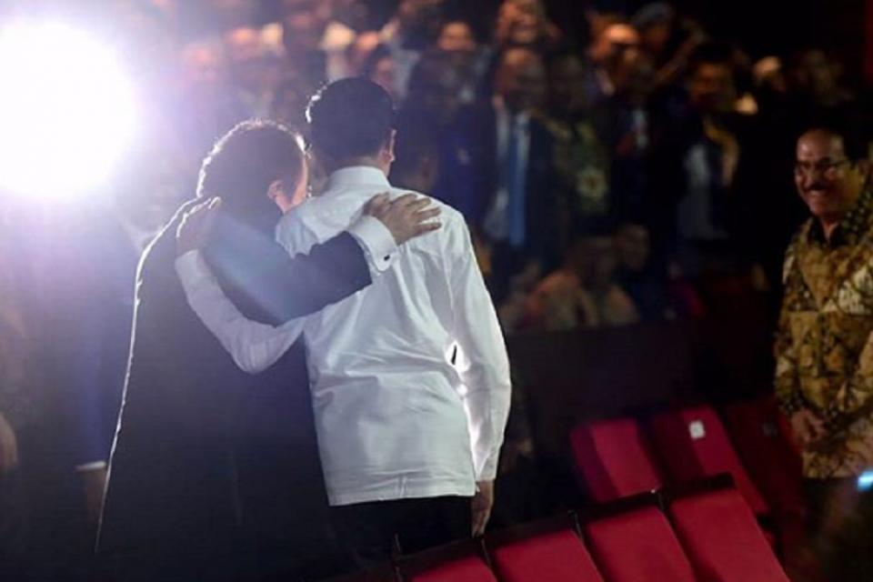 Jokowi dan Surya Paloh saat acara peringatan hari ulang tahun (HUT) ke-8 Nasdem di Jakarta, Senin (11/11) malam.