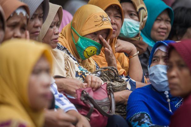 Karyawan pabrik tekstil PT Tyfountex yang terkena PHK mendatangi kantor Dinas Perindustrian dan Tenaga Kerja untuk melakukan mediasi di Sukoharjo, Jawa Tengah, Senin (11/11/2019). Kedatangan sekitar 1.100 karyawan yang terkena Pemutusan Hubungan Kerja (PH
