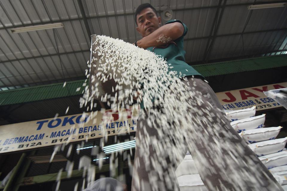 Pekerja mengemas beras ke dalam karung di Pasar Induk Beras Cipinang, Jakarta, Senin (11/11/2019). Direktur Utama Perum Bulog Budi Waseso menegaskan tidak akan mengimpor beras pada tahun 2020 karena pasokan beras mencukupi, bahkan untuk menghadapi ancaman