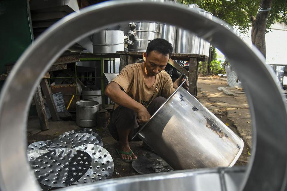 Perajin memproduksi dandang di kawasan Cawang, Jakarta, Rabu (13/11/2019). Pemerintah menurunkan suku bunga Kredit Usaha Rakyat (KUR) dari 7 persen menjadi 6 persen per tahun, serta total plafon KUR naik 35,7 persen dari Rp140 triliun menjadi Rp190 triliu