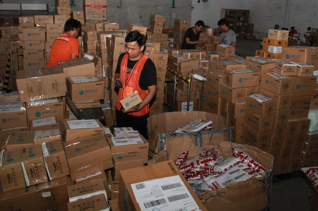 Pekerja melakukan penyortiran barang-barang pesanan pada moment belanja daring 11.11 digudang salah satu situs belanja online di Setu, Tangerang Selatan, Banten, Rabu (13/11/2019). Banyaknya barang pesanan tersebut karena adanya diskon besar yang diberika