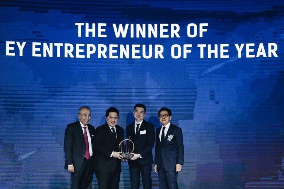 Pendiri sekaligus CEO Tokopedia William Tanuwijaya meraih penghargaan Ernst & Young (EY) Entrepreneur Of The Year 2019.