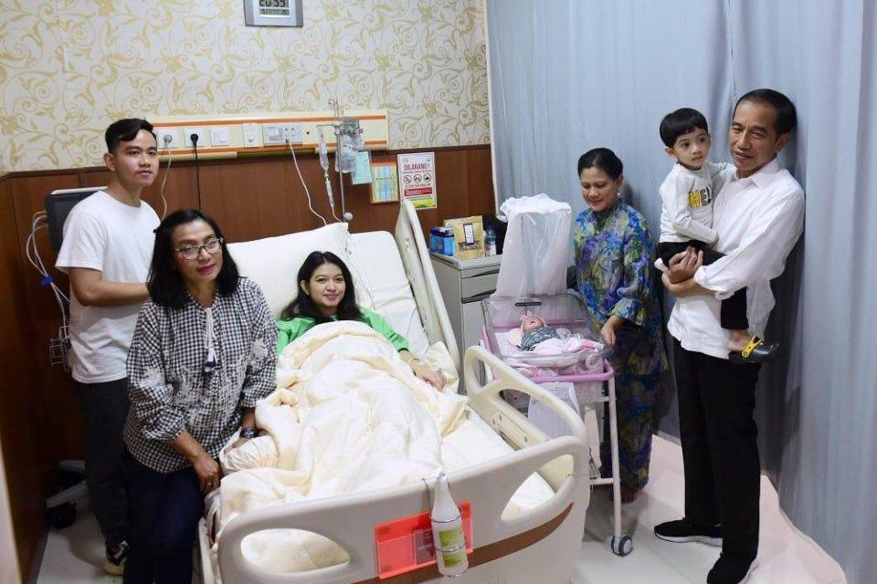 Presiden Joko Widodo saat menjenguk cucu ketiganya yang diberi nama La Lembah Manah. Putri Gibran Rangkabumi ini lahir di RS PKU Muhammadiyah Solo pada Jumat (15/11)