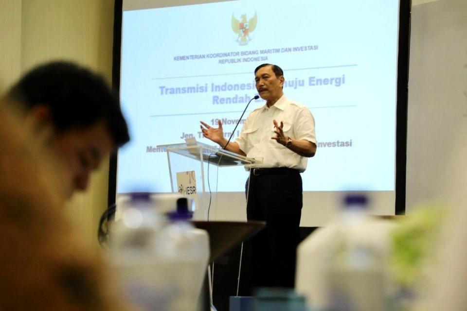 Menteri Kordinator Bidang Kemaritiman dan Investasi Luhut Binsar Pandjaitan dalam diskusi Panel Institute Essential Services Reform (IESR) bertema Strategi Indonesia Menuju Perekonomian Nir Emisi 2050 yang dihelat di Jakarta, pada Selasa (19/11/2019). Dal
