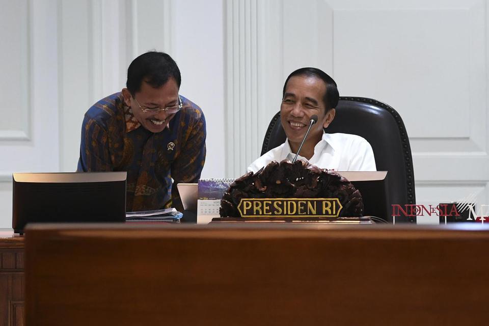 Presiden Joko Widodo (kanan) berbincang dengan Menteri Kesehatan Terawan Agus Putranto sebelum memimpin rapat kabinet terbatas di Kantor Presiden Jakarta, Kamis (21/11/2019). Ratas tersebut membahas tentang program kesehatan nasional.