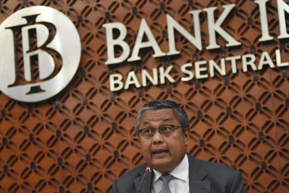 Gubernur BI Perry Warjiyo memberikan keterangan mengenai hasil Rapat Dewan Gubernur (RDG) BI di Gedung Bank Indonesia, Jakarta, Kamis (21/11/2019). RDG BI memutuskan untuk mempertahankan tingkat suku bunga acuan (7 Days Reverse Repo Rate/7DRRR) di posisi
