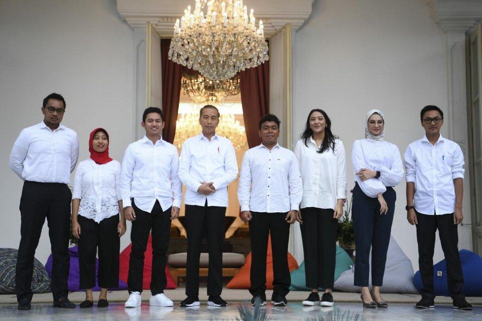 Staf khusus Presiden Joko Widodo yang baru dari kalangan milenial (kiri ke kanan) CEO Amartha, Andi Taufan Garuda Putra, Perumus Gerakan Sabang Merauke Ayu Kartika Dewi, Pendiri Ruang Guru Adamas Belva Syah Devara, CEO dan Founder Creativepreneur Putri In