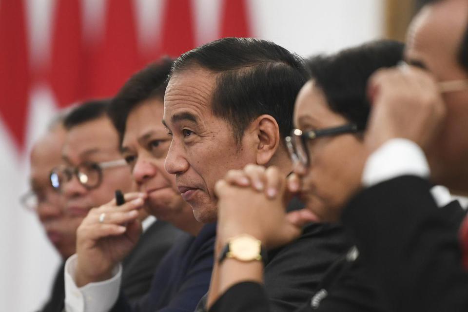 Presiden Joko Widodo (ketiga kanan) didampingi sejumlah menteri Kabinet Indonesia Maju menerima delegasi Asosiasi Indonesia-Jepang (JAPINDA) yang dipimpin mantan Perdana Menteri Jepang Fukuda Yasuo di Istana Merdeka Jakarta, Rabu (20/11/2019). Pertemuan