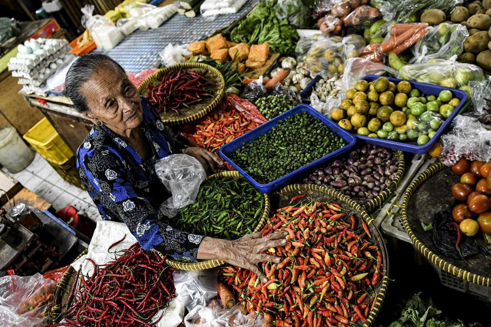 Pedagang sayur menata dagangannya di Pasar Minggu, Jakarta, Selasa (26/11/2019). Bank Indonesia (BI) memproyeksikan inflasi kembali meningkat pada bulan November 2019 yang berdasarkan hasil survei pemantauan harga oleh Bank Indonesia (BI) pada minggu keti
