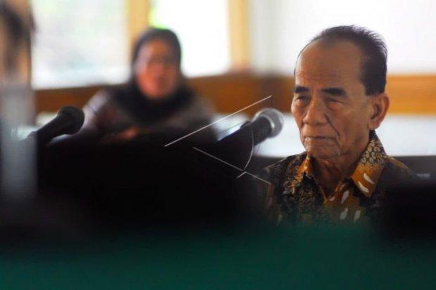 Mantan Gubernur Riau Annas Maamun menerima grasi dari Presiden Joko Widodo (Jokowi). Masa hukuman Annas yang merupakan narapidana kasus korupsi itu dikurangi satu tahun.