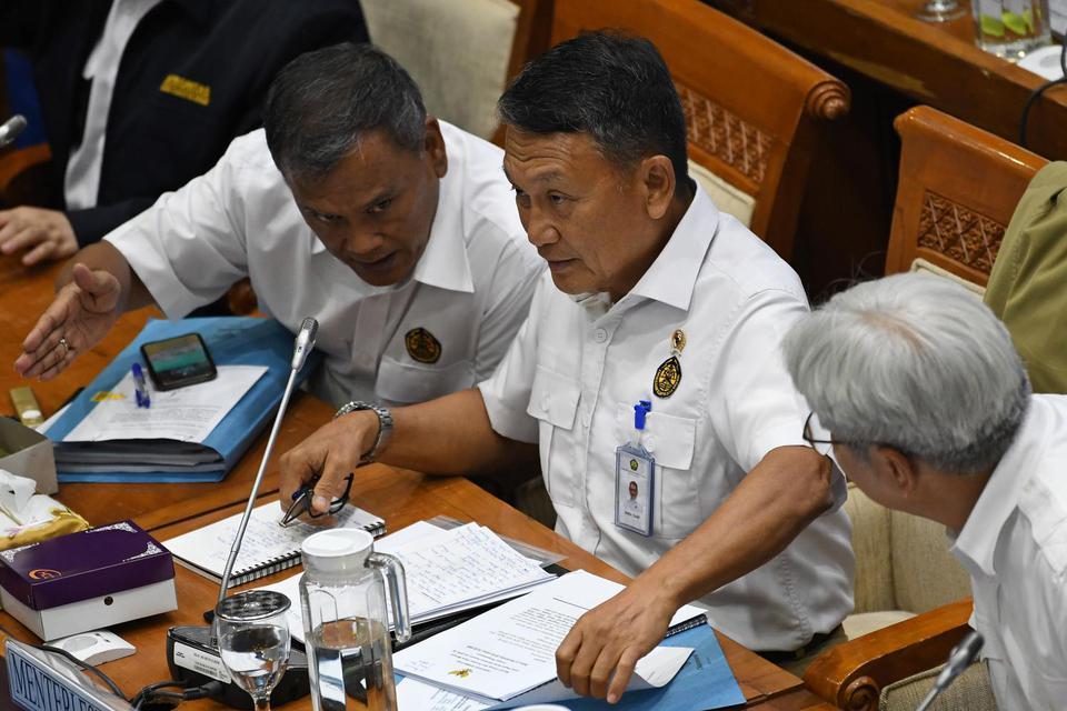 Menteri Energi dan Sumber Daya Mineral (ESDM) Arifin Tasrif (tengah) berdiskusi dengan jajarannya saat rapat bersama Komisi VII DPR RI di kompleks Parlemen, Jakarta, Rabu (27/11/2019). Rapat itu membahas rencana program kerja kementerian ESDM tahun 2020,