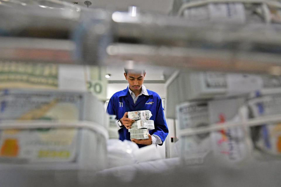 Korban Meninggal Virus Corona Lampaui SARS, Rupiah Melemah Hari Ini